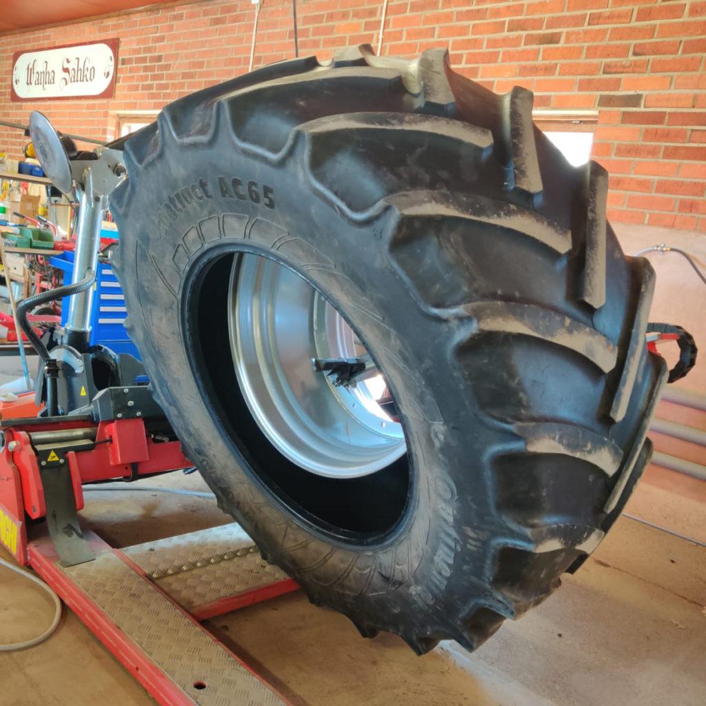 Suomenkonehuolto Traktorin renkaan asennus