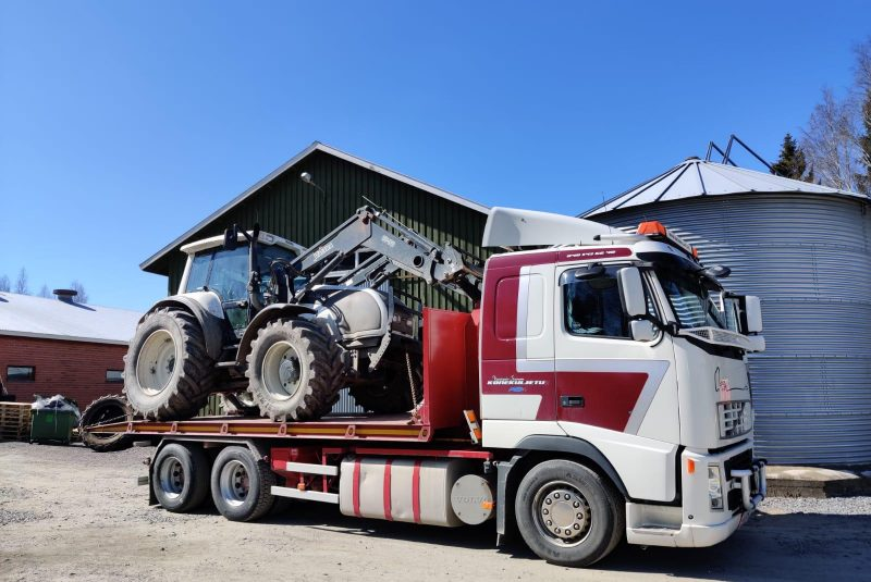 Suomenkonehuolto traktorikuljetus